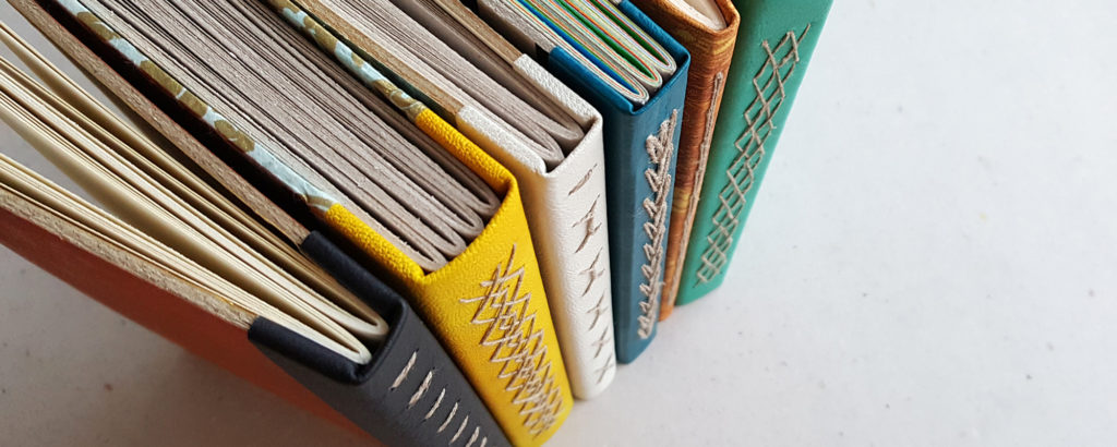 Kirjansidontakurssit itseopiskeluna, kuvassa kirjotut kirjat -kirjansidoksia